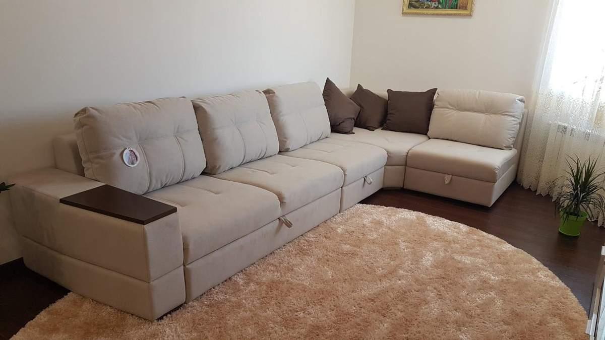 Интерьер гостиной с угловым диваном: преимущества и виды наполнителей