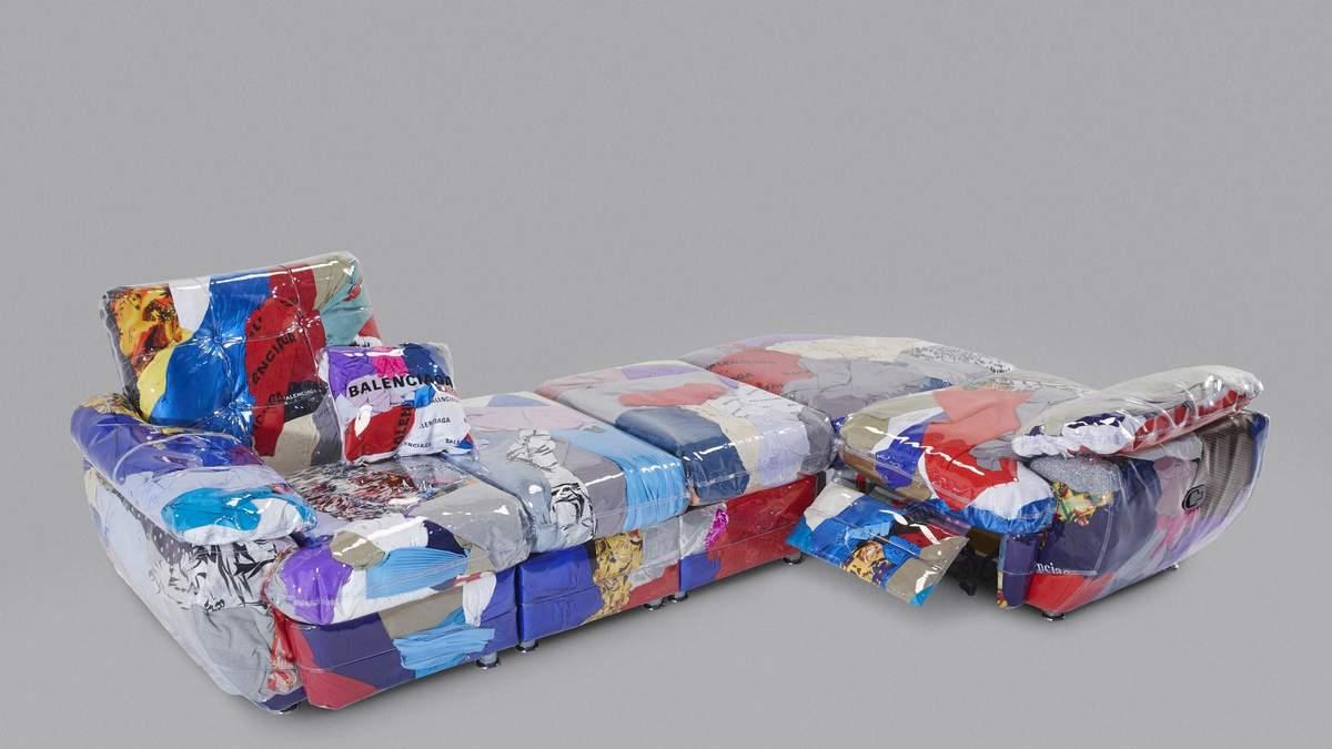 Дизайнер создал диван из старых вещей от Balenciaga: фото