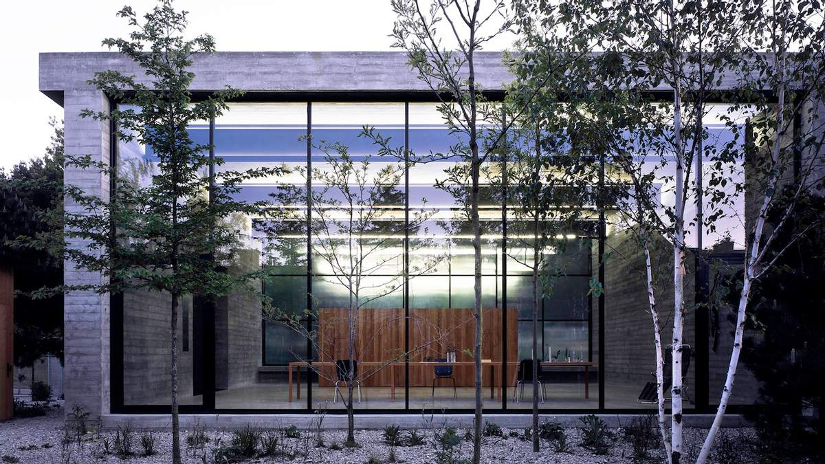Сочетание стекла и бетона: польская художница открыла креативную студию – фото