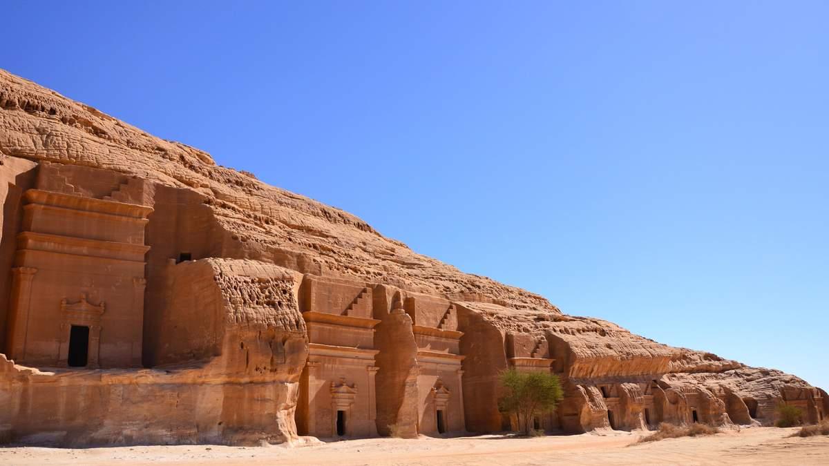 Батути та штучні калюжі – дизайнери розміщують незвичні інсталяції посеред пустелі