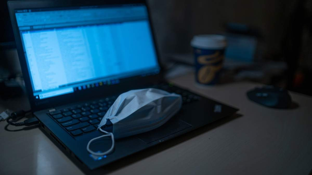 Влияние коронавируса: дизайнер создал стильную ультрафиолетовую лампу – фото