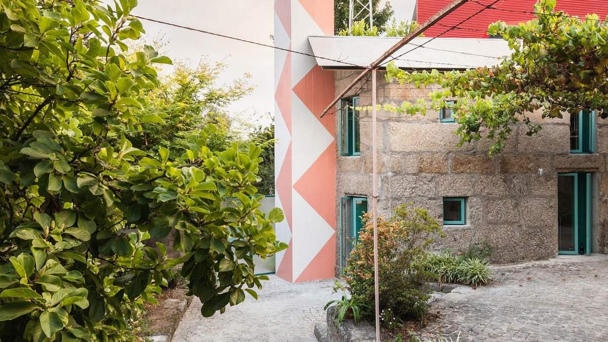 В Португалии в дымоходе маленького домика обустроили цветную душевую башню – фото