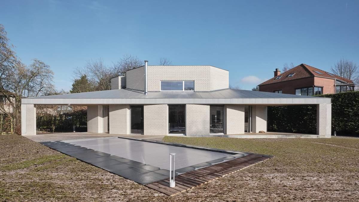 Треугольный белый дом для семьи построили в Бельгии – фото