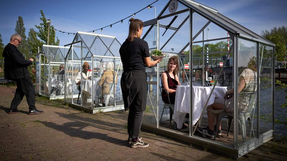 Ресторан в Амстердаме предложил безопасную террасу для работы в условиях коронавируса – фото