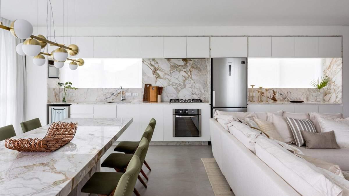 Мармур та старовинні меблі: фото білосніжного інтер'єру будиночку для відпочинку