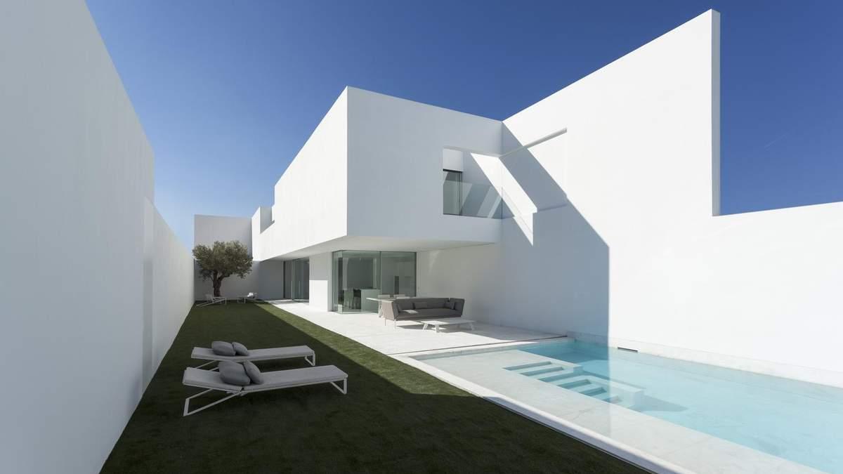 Белый цвет распространен среди домов на берегу Средиземного моря