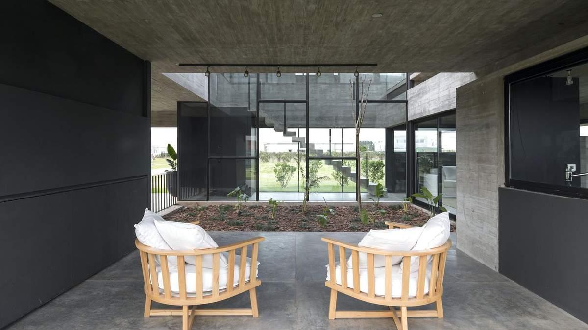 Величие бетона и клумба посреди комнаты: интересный проект частного дома из Аргентины