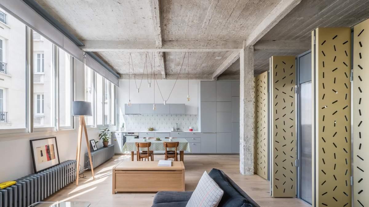 Способ зонирования пространства в квартире: стена из 40 металлических листов из Парижа – фото