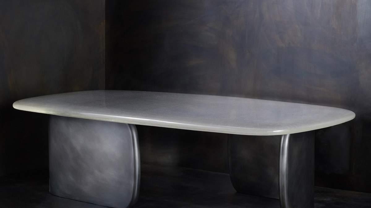 Стеклянный стол, похожий на поверхность воды
