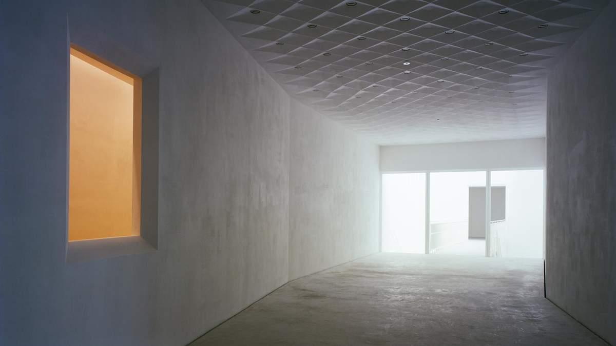 Мінімалізм та контраст білого з червоним: захопливі фото музею  з Бельгії