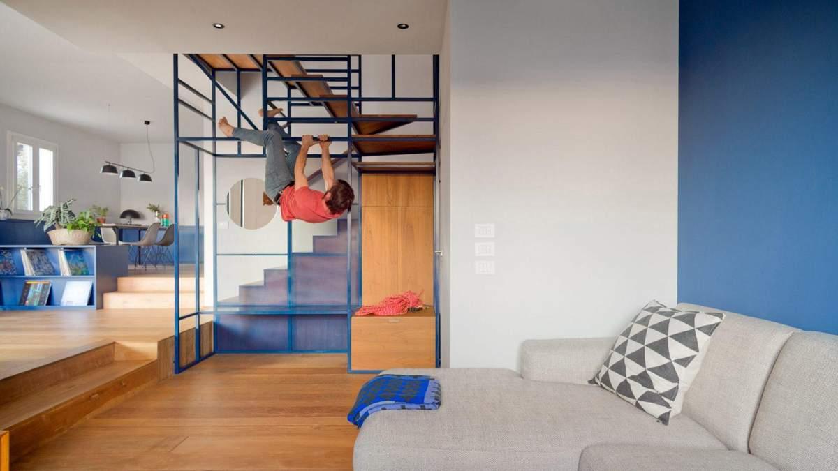 Для большой семьи: фото интерьера дома с лестницей, которая приспособлена к альпинизму