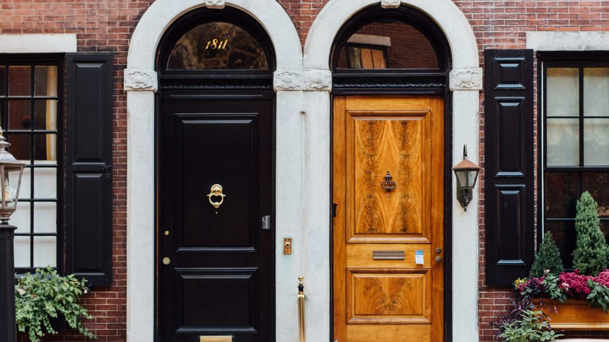 На улицах Лондона: 10 вариантов цветочного дизайна входных дверей из Великобритании – фото