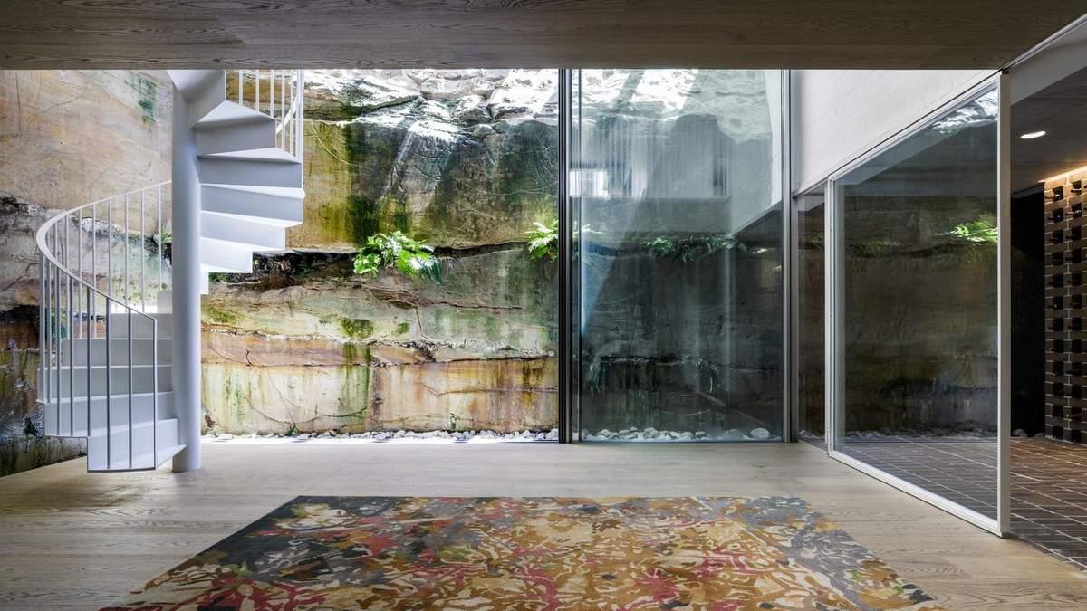 Одна зі стін будинку створена природою