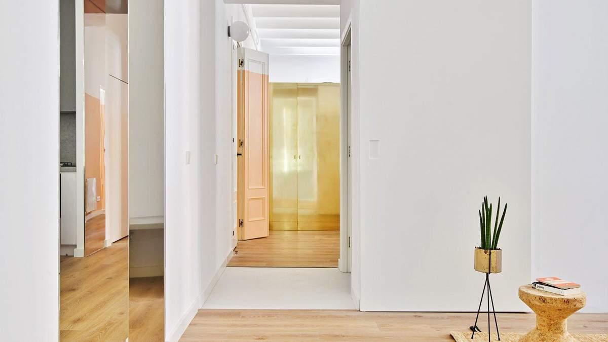 Золотые шкафы и яркие цвета: пример очаровательного интерьера дома для большой семьи из Испании