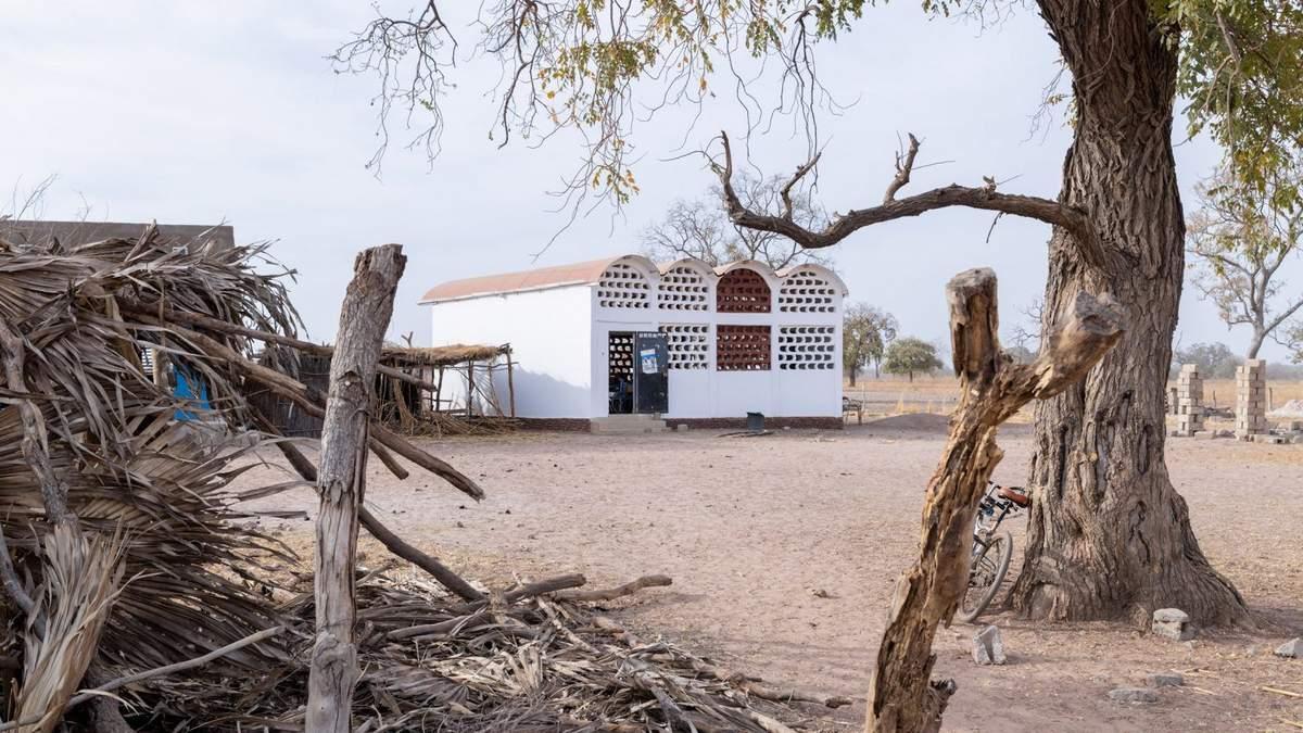 В Сенегале построили больницу, однако местные обустроили там школу – фото