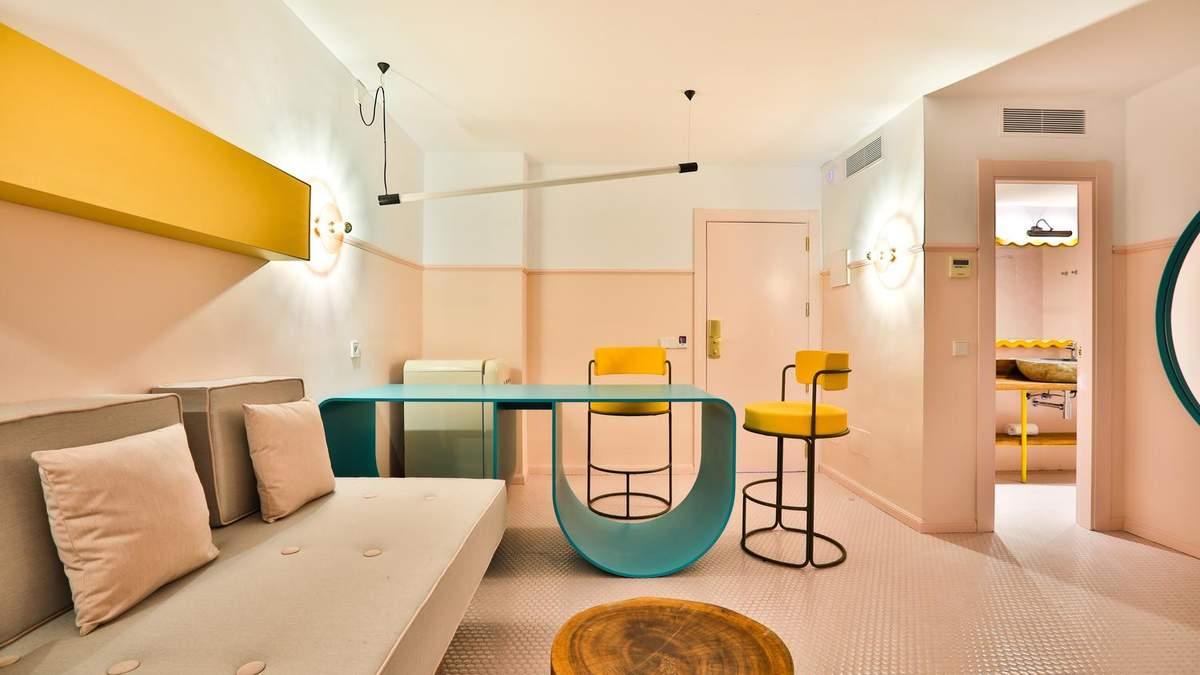 Взрыв цветов в стиле поп-фанк: нестандартный дизайн отеля на Ибице – фото изнутри
