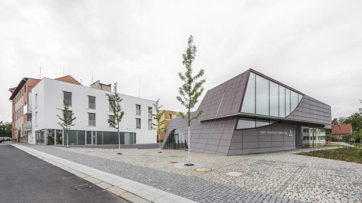 """Белоснежные стены и деревянные скамьи: фото культурного центра из Чехии,который """"погруз"""" в землю"""