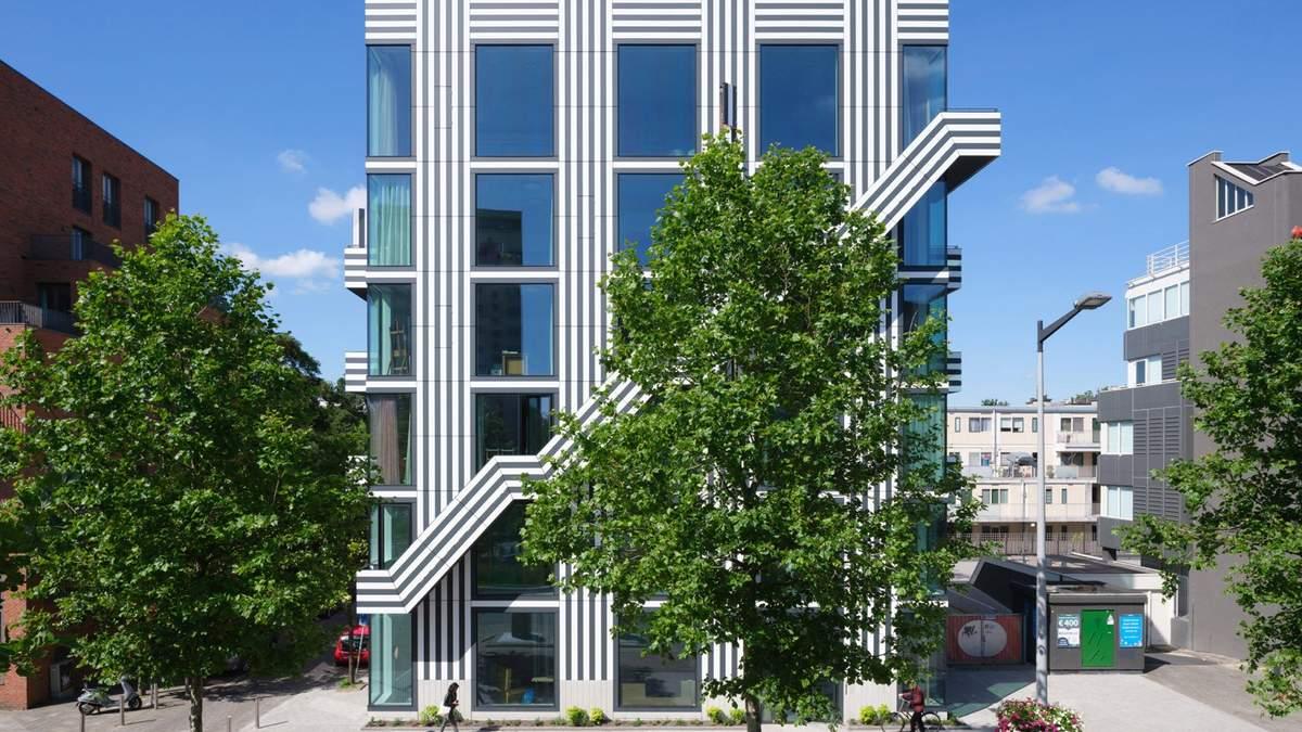 Здание расположено на окраине Амстердама