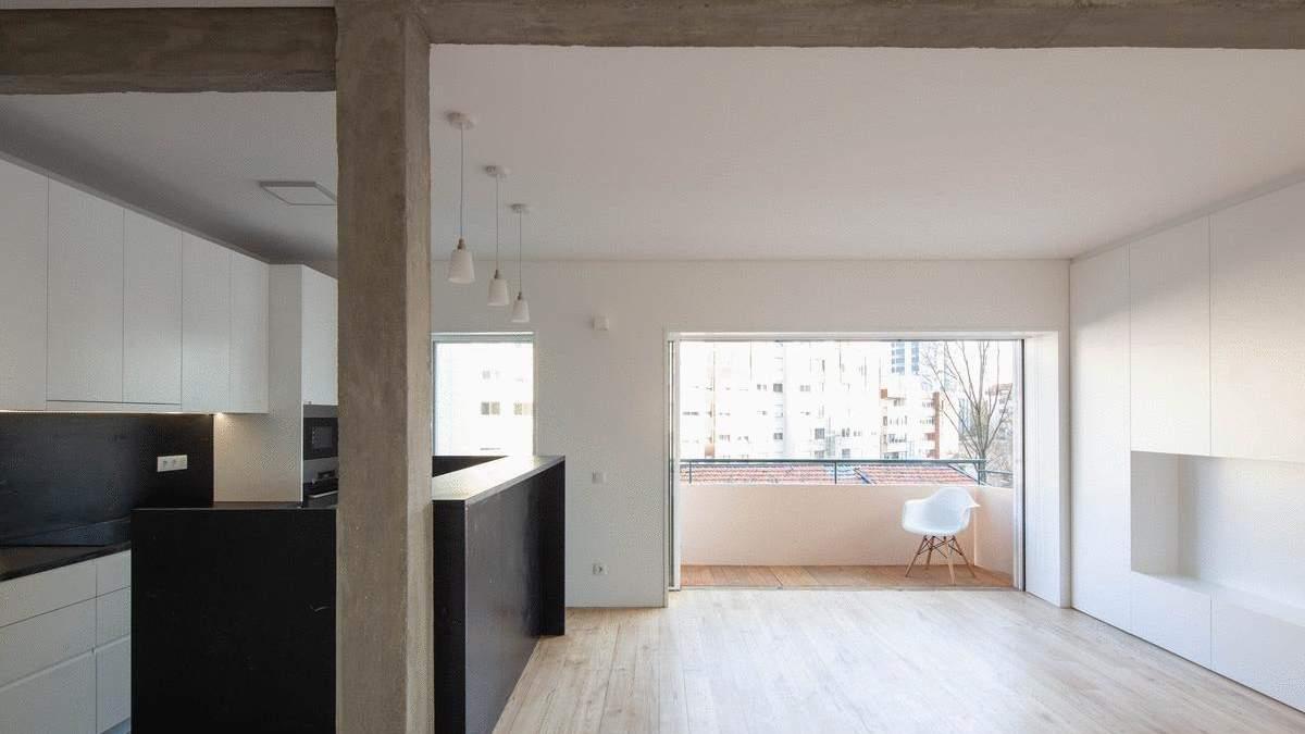 Чорна кухня та білі стіни: стильний інтер'єр великої квартири з Португалії – фото
