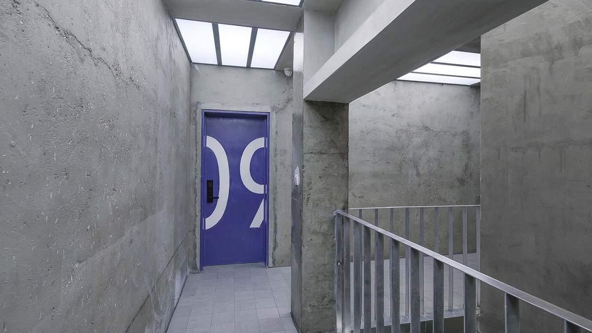 На каждом этаже расположены комнаты, которые пронумерованы на дверях