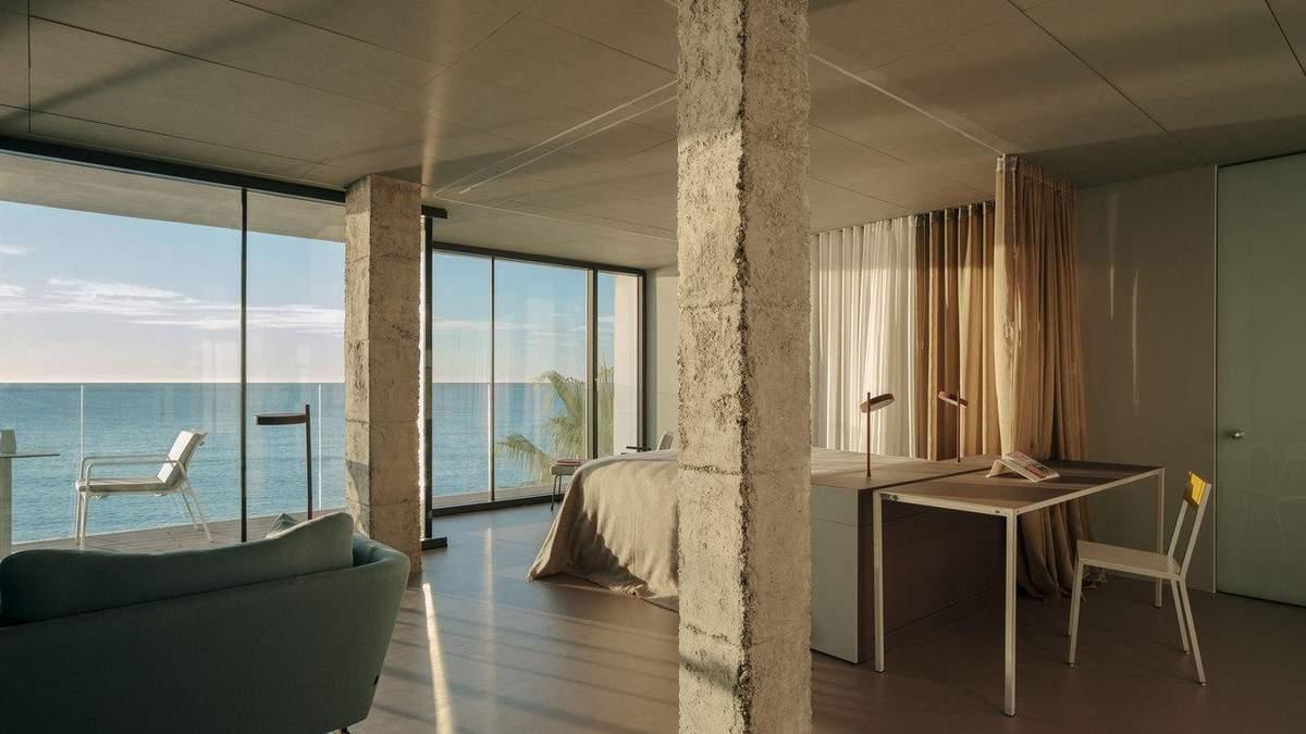 Багатоквартирний будинок розташований на березі океану