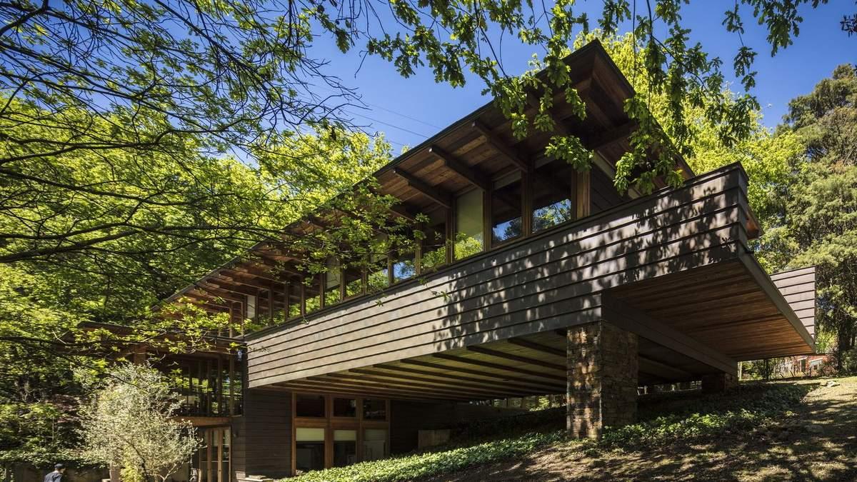 Дерево, бетон, скло та шифер: як побудувати бюджетний, але просторий будинок – приклад
