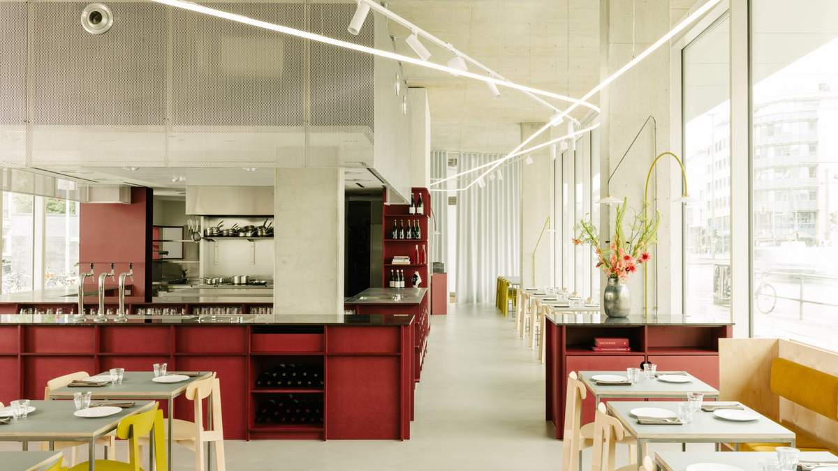 Жовті стільці та червона барна стійка – креативний дизайн кав'ярні у Берліні: фото