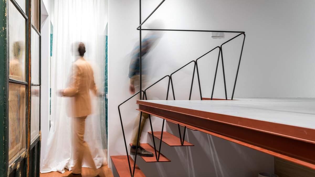 Хаос та винятковість: в Мадриді стильно оновили мініатюрну квартиру у старому будинку – фото