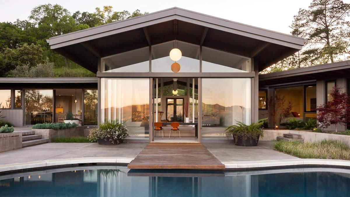 Дом построен вокруг бассейна