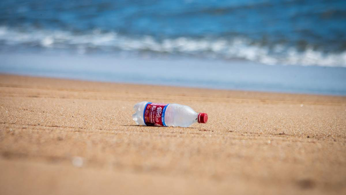 Як відремонтувати меблі за допомогою пластикової пляшки – фото