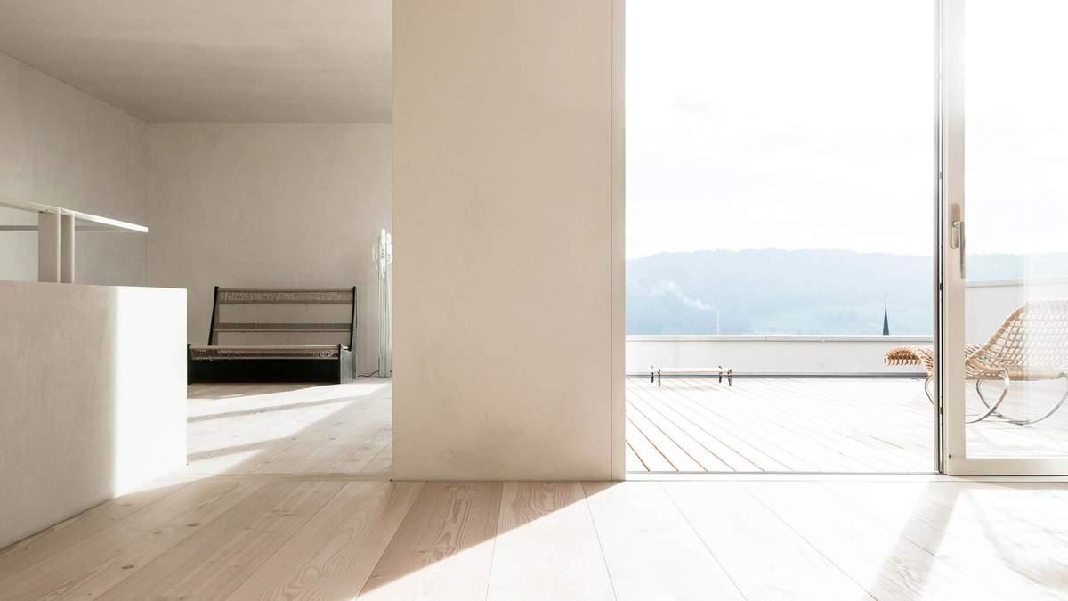 Интерьер оформлен в строгом минималистическом стиле