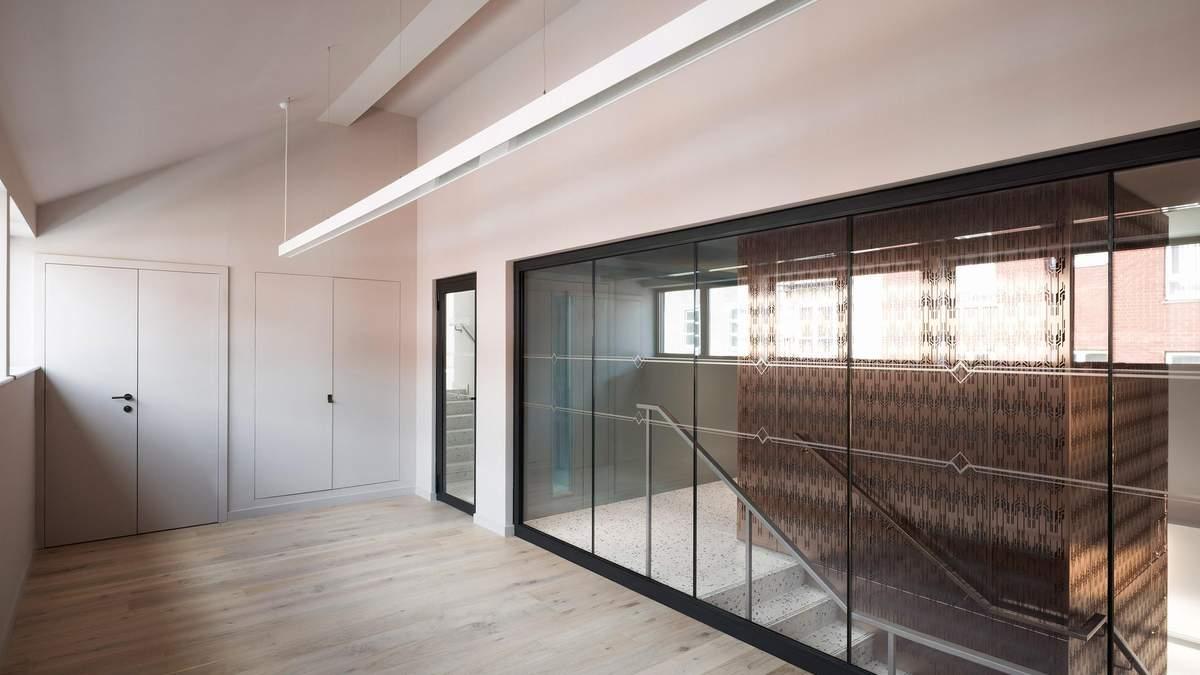 Бронзовый лифт – филигранный и искусный дизайн в Лондоне: фото