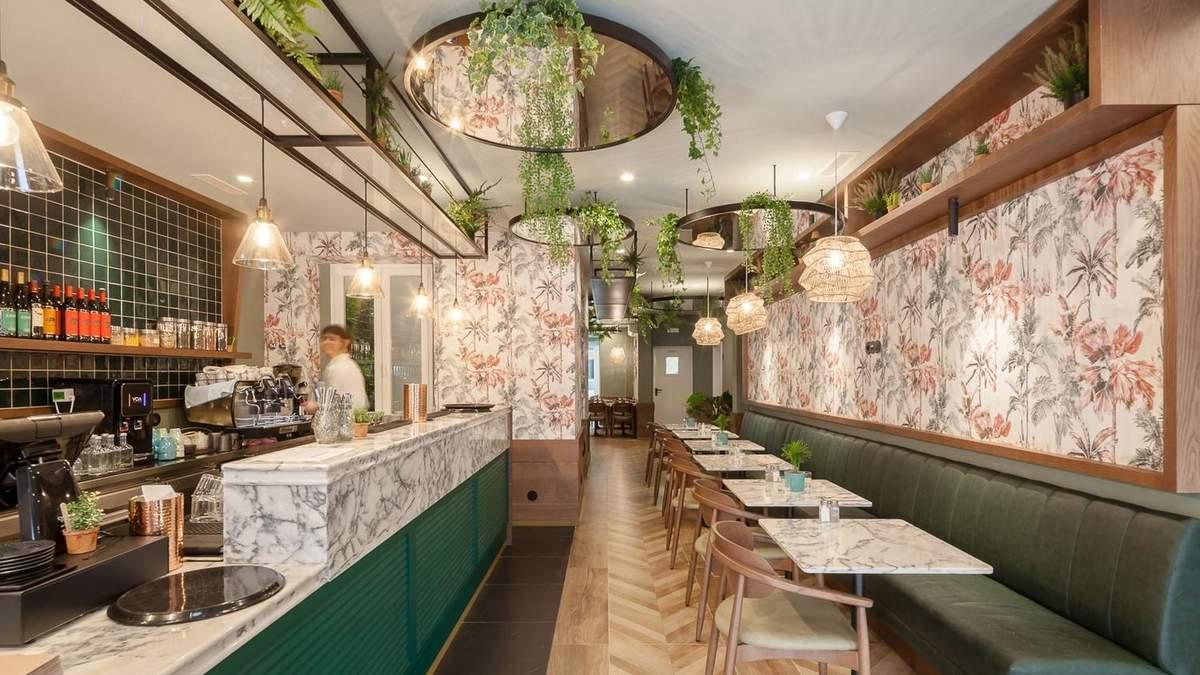 Цветочный интерьер: в Португалии открыли бар со стильными обоями – фото