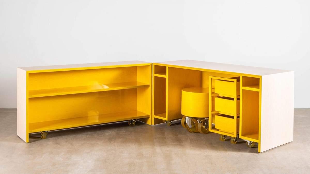 Дизайнерский стол выглядит достаточно сдержанно извне и ярко внутри