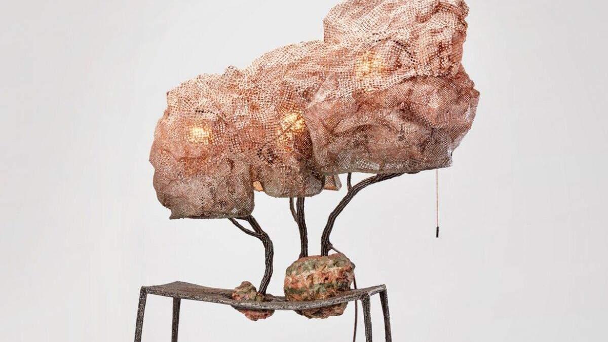 """З основи лампи """"проростає"""" стебло й гілки, огорнуті в кокон"""