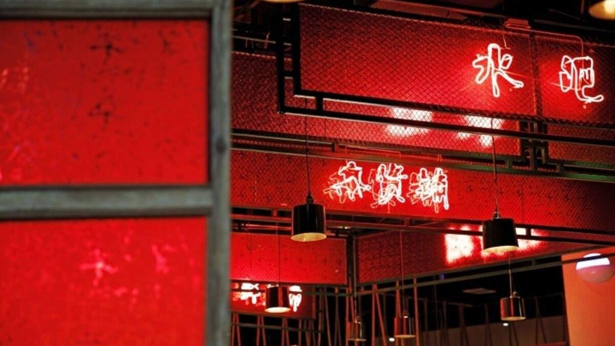 В интерьере много традиционного китайского красного цвета
