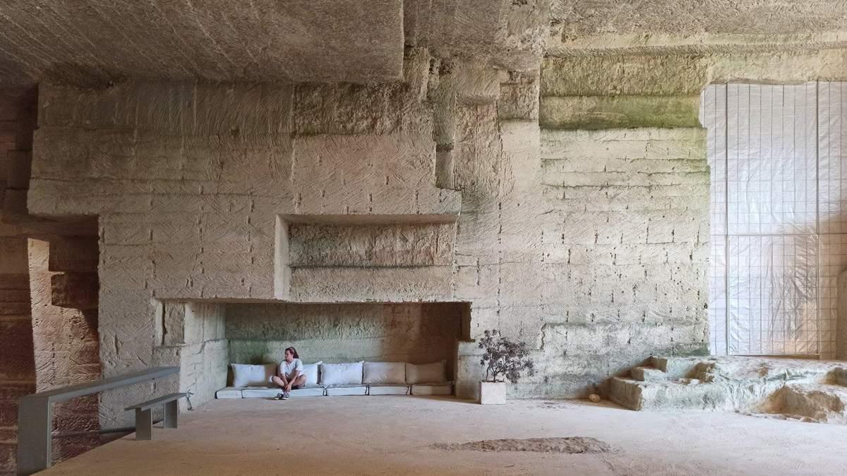Величезний простір і басейн серед кімнати: як виглядає дім у закинутому кар'єрі в Іспанії – фото