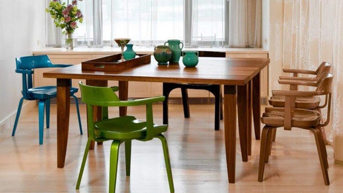 Різні стільці за обіднім столом виглядають дуже стильно