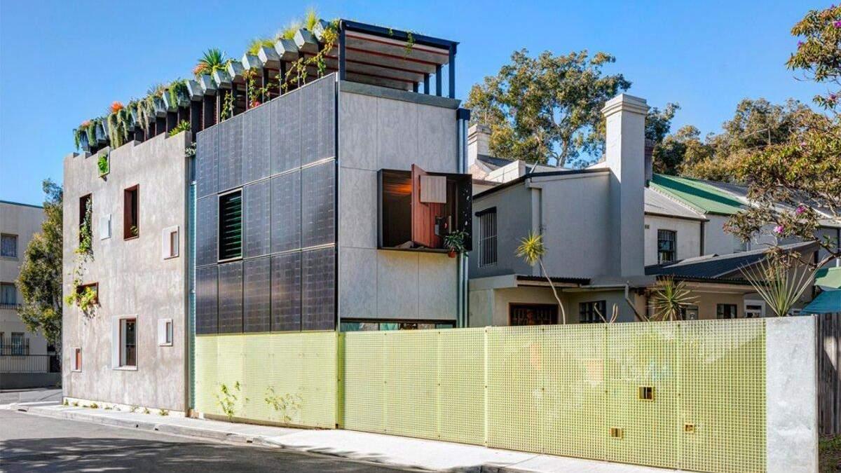 Зовні будинок зовсім не схожий на стильне екологічне помешкання