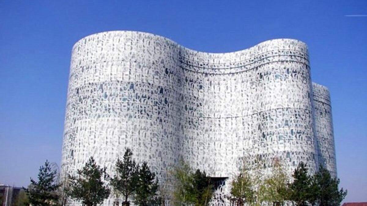 Огромная амеба из стекла и металла: необычный вид библиотеки в Германии – фото