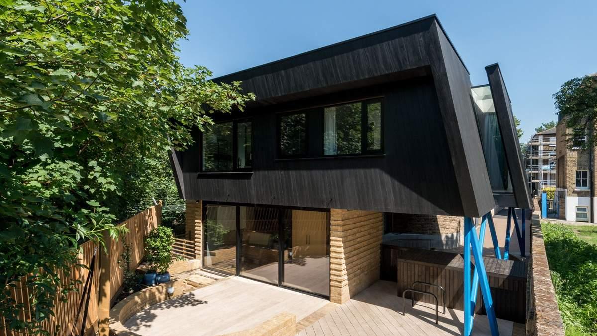 Черный дом на ножках: необычный дизайн создали в Лондоне