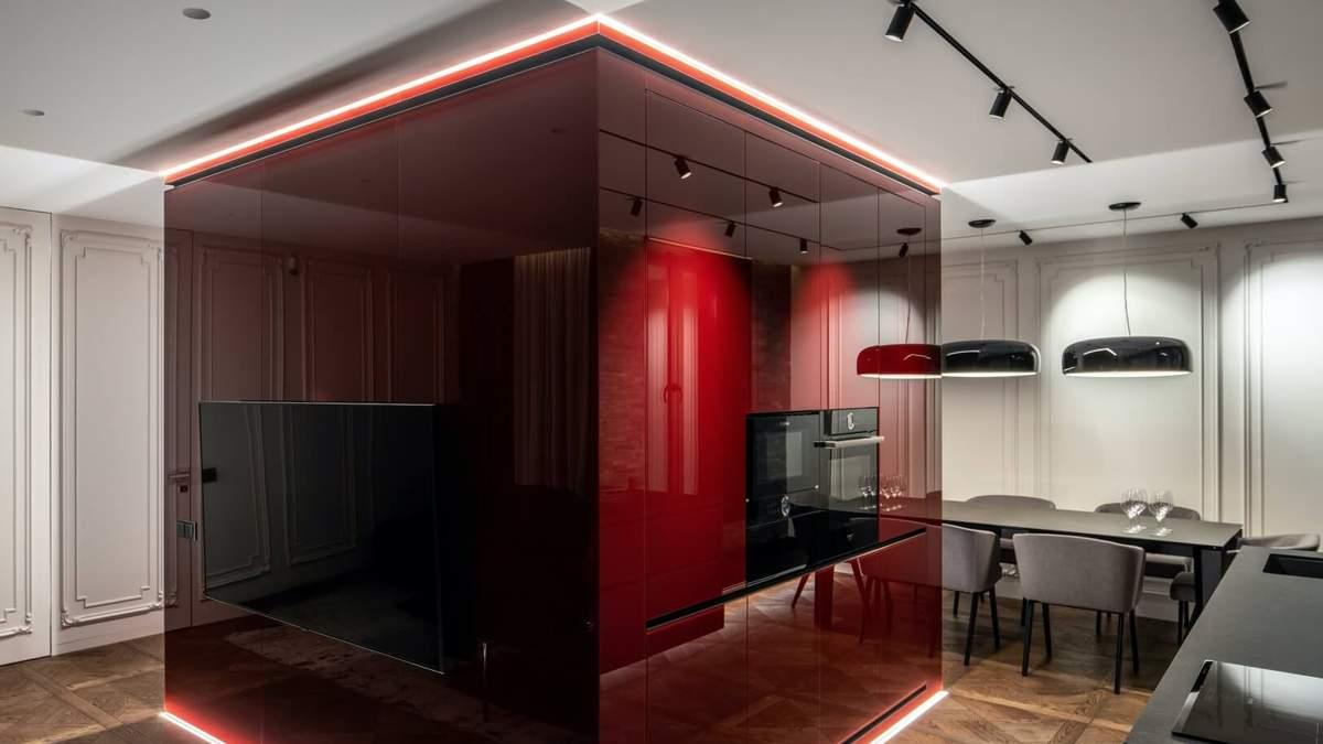 Снесли все стены и установили красный куб в центре: необычный интерьер квартиры в Киеве – фото