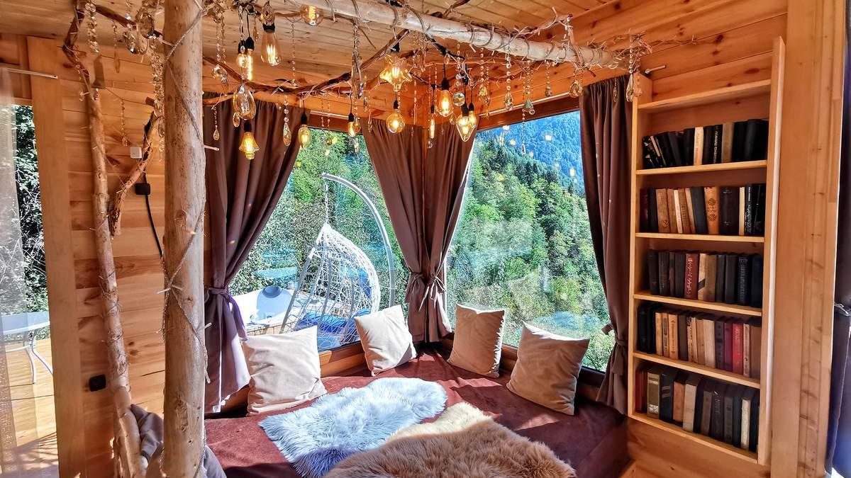 Отель тысячи звезд: в Грузии туристам предлагают ночлег в горах над пропастью – фото интерьеров