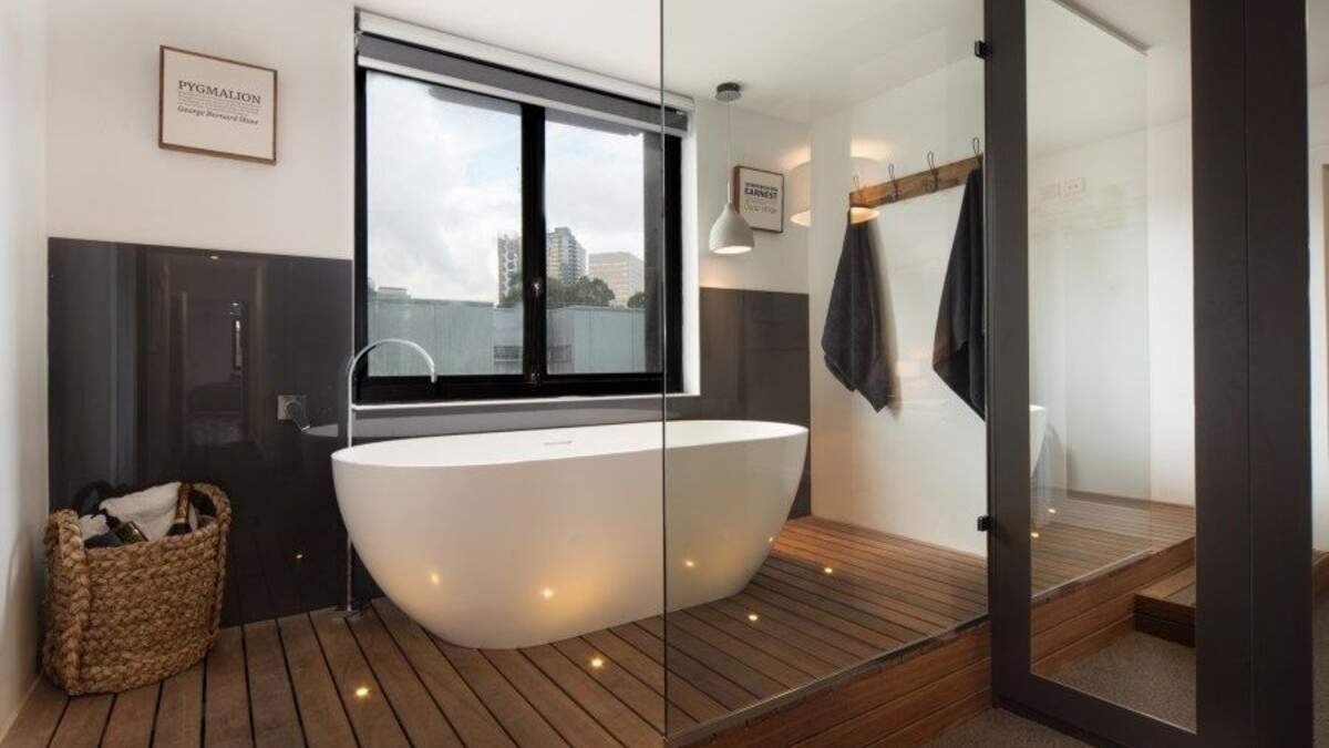 Стеклянные стены в ванной комнате: зачем они нужны