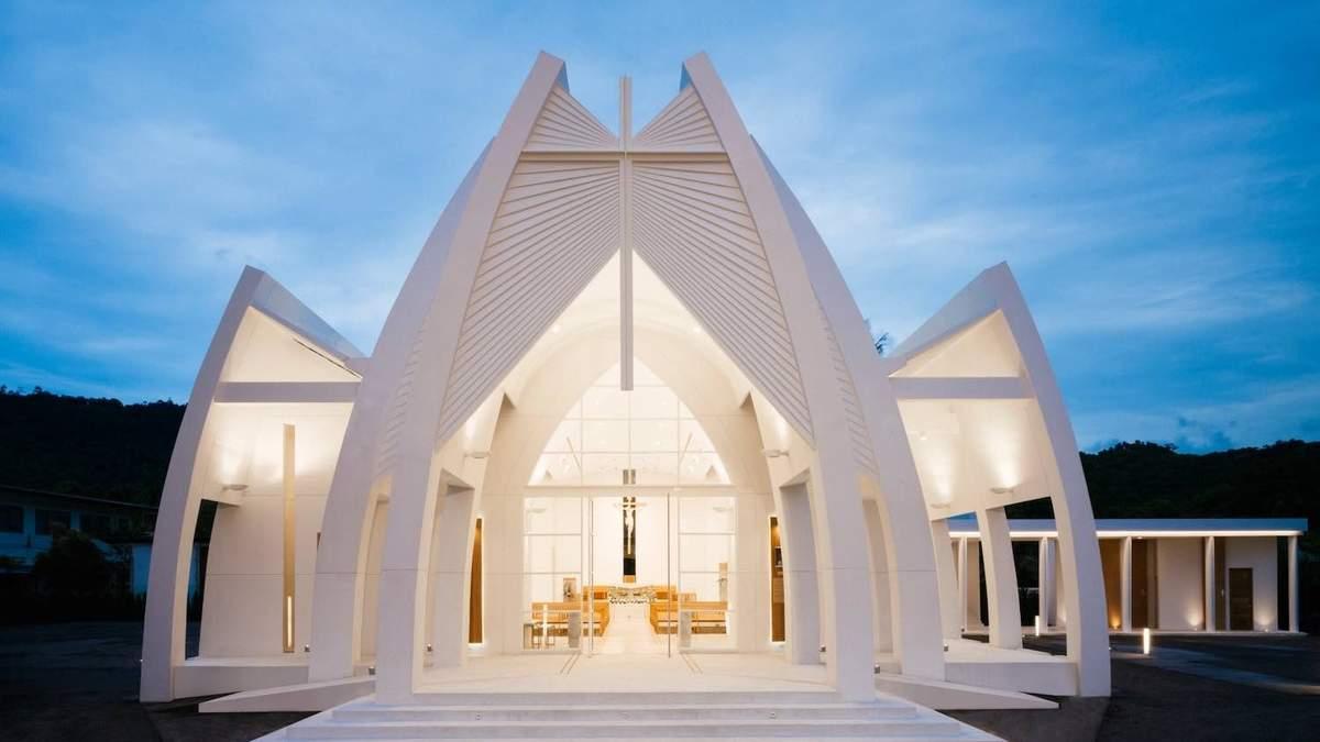 Архитектура будущего: в Таиланде построили современную церковь в форме рук – фото интерьеров