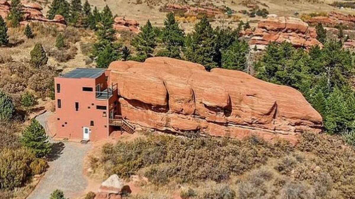 В США продают скалу: в ней разместили современный дом – фото