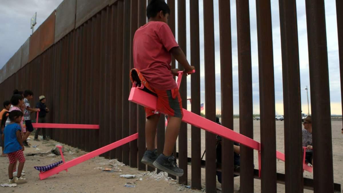 Дизайн року 2020:  рожева гойдалка на кордоні Мексики та США – фото