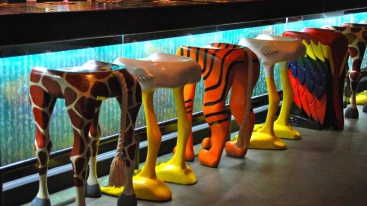 Сидіти на зебрі або жирафі: мережа відомих ресторанів пропонує відвідувачам кумедні стільці