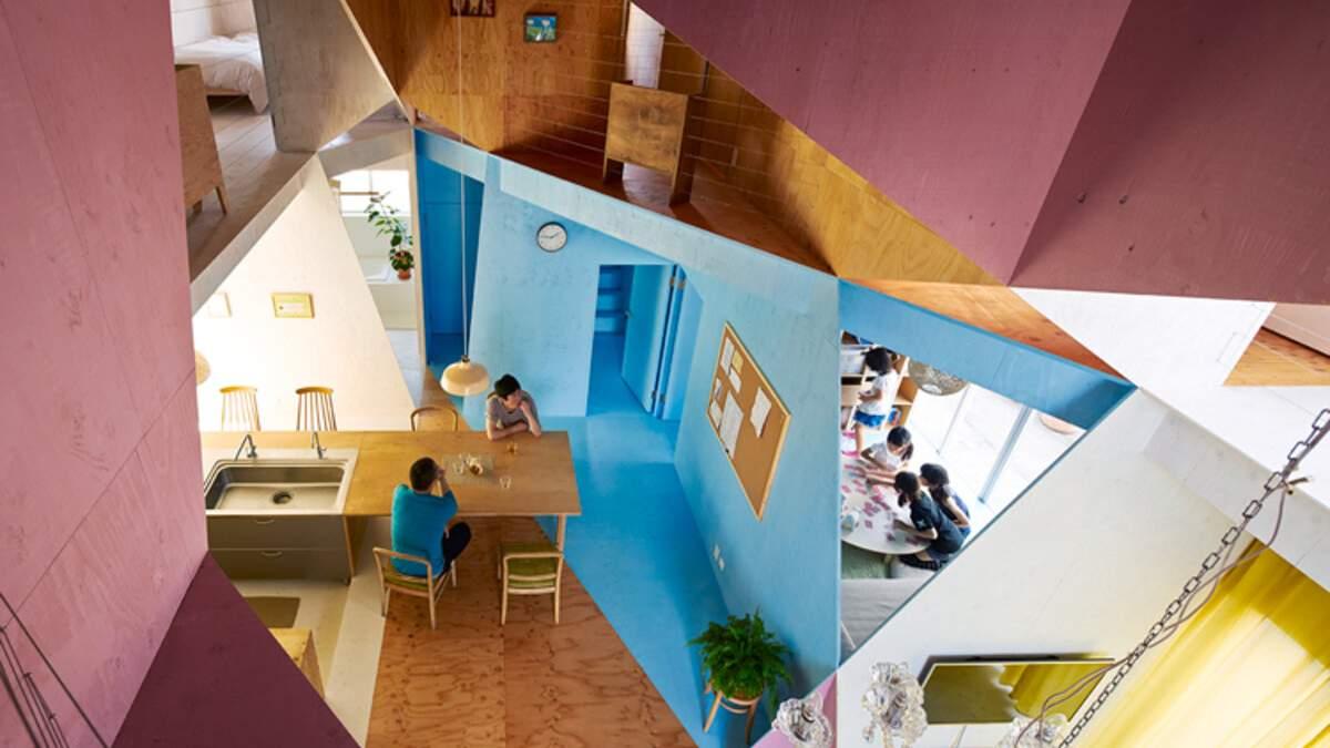 Радужный дом в Японии, у которого вырезали кусок изнутри: фото