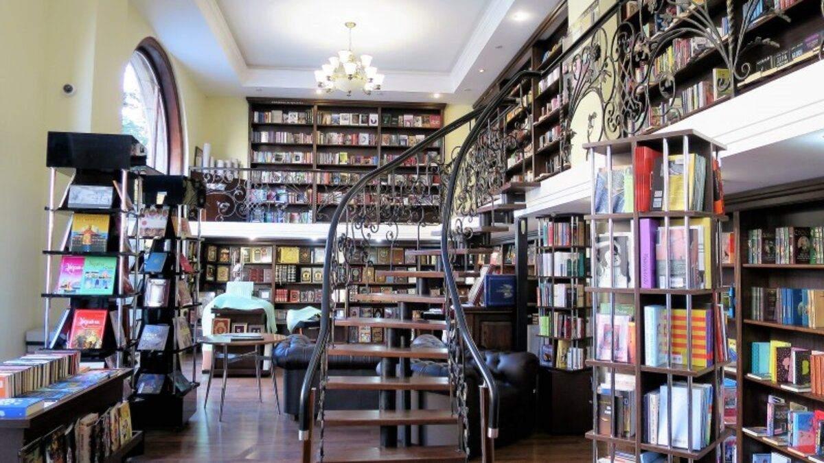 Магическая атмосфера: книжный магазин в Киеве со сказочным интерьером – фото